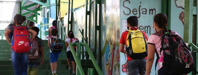 São Paulo - Crianças do ensino fundamental chegam para as aulas presenciais na Escola Estadual Terezine Arantes Ferraz Bibliotecaria, no Parque Casa de Pedra, zona norte da capital.